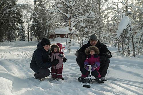 Lapland-Stuga-Familie-in-de-sneeuw